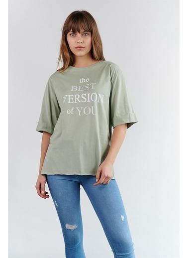Levure Önü Baskılı Yanları Yırtmaçlı Oversize T-Shirt Yeşil